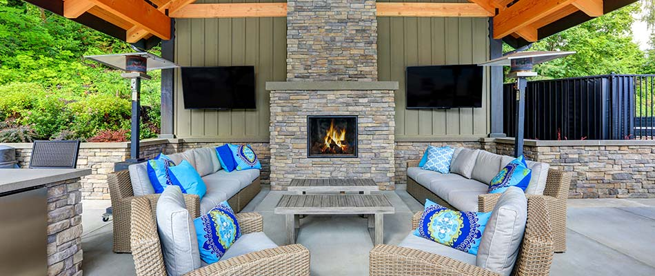 Outdoor Fireplace vs. Fire Pit for Your Outdoor Living Space